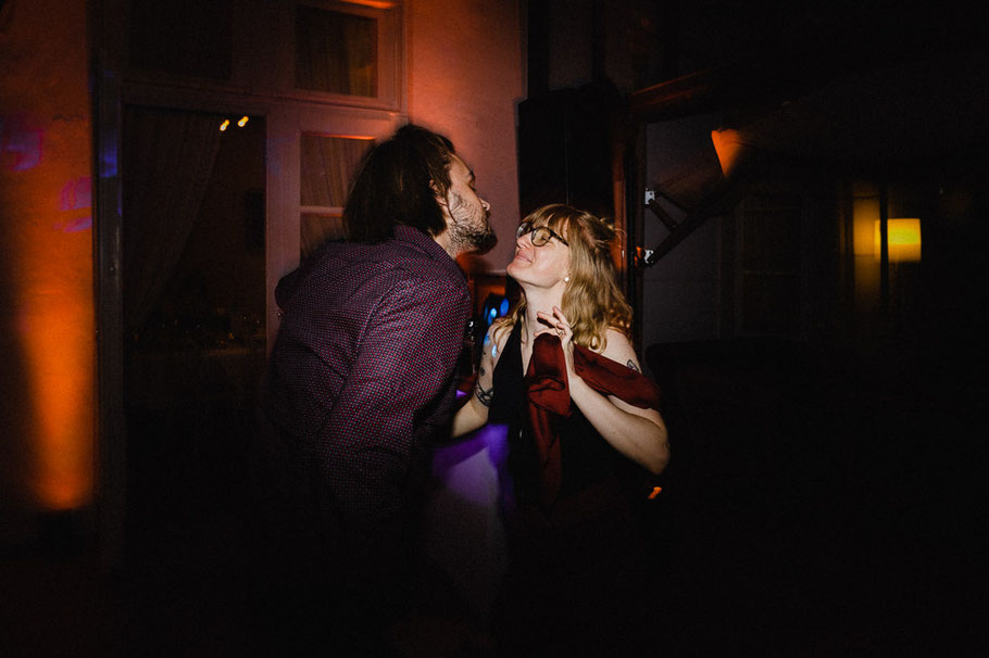Party Kuss Paar Hochzeit