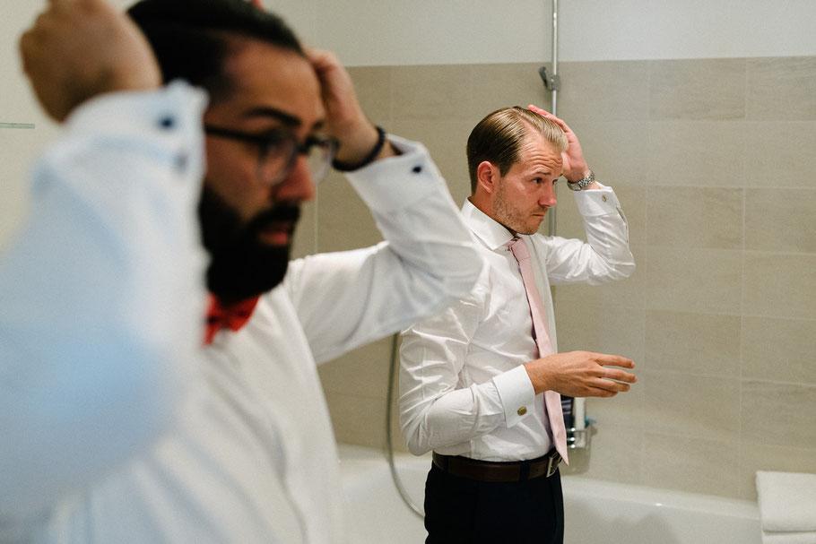Männer beim Haaremachen
