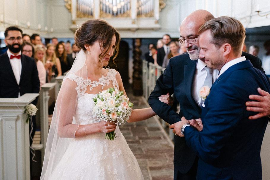 Braut wird übergeben von Vater Kirche Glücksburg