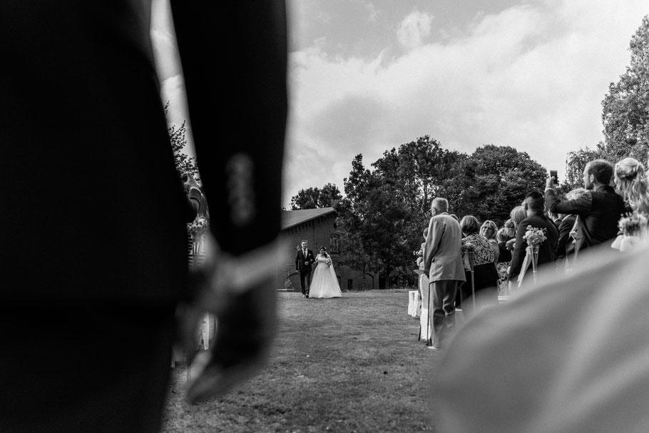 Ohne Hochzeitsring wartet der Bräutigam auf die Braut