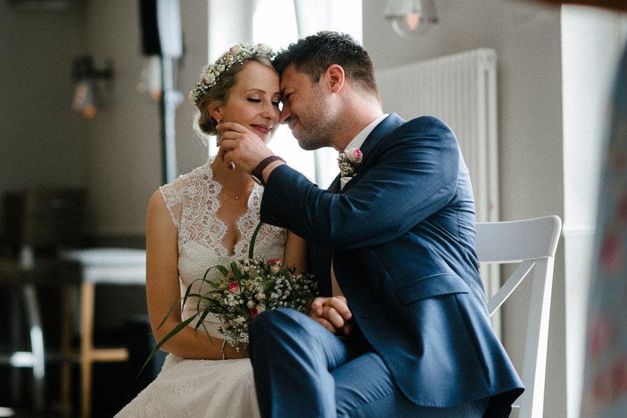 Zärtlich Hand Trauung Brautpaar