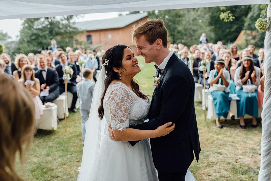 Freude über den Kuss, liebe der Hochzeitsfotograf ist dabei aus Hamburg angereist