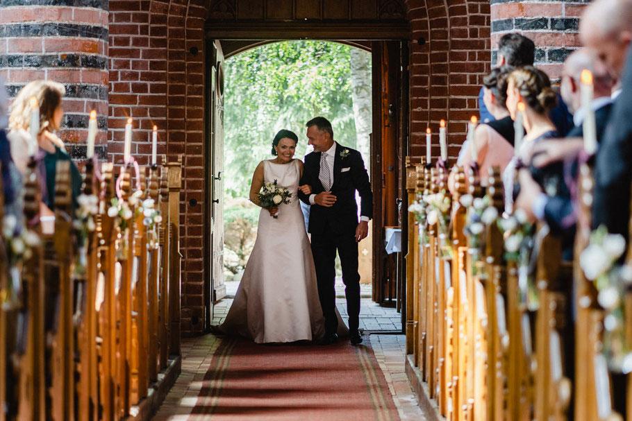 Trauung Einmarsch Braut Vater