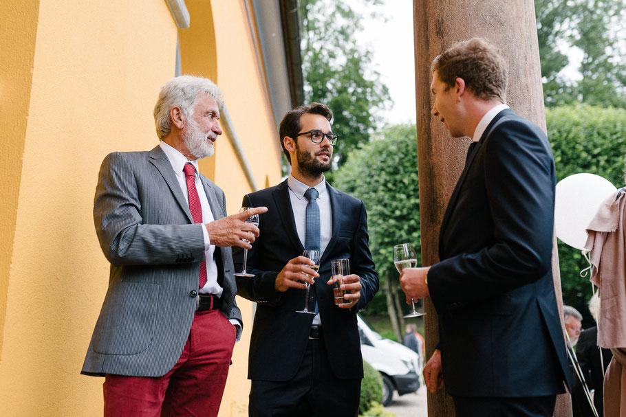 Herren auf Hochzeitsfeier