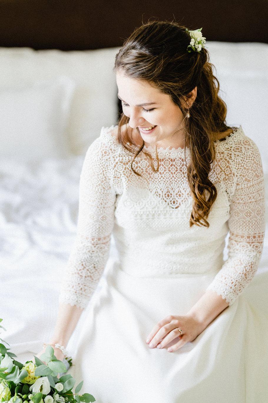 Portrait Braut Hochzeitsbild Ring Blumen Haare lachen