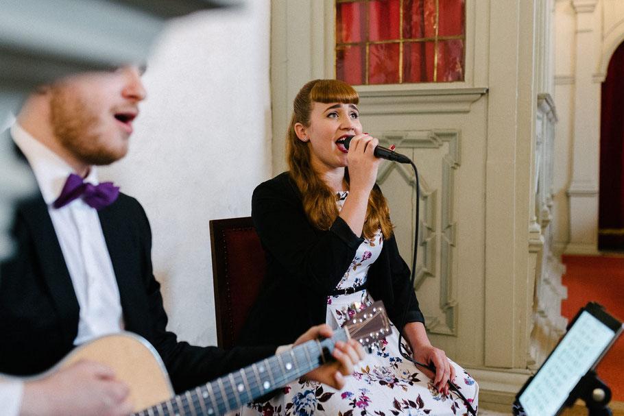 Frau singt Hochzeit