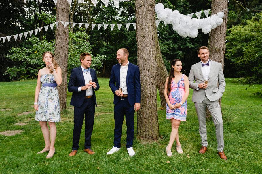 Hochzeitsgesellschaft Baum Anzug Blau Paar Sektglas