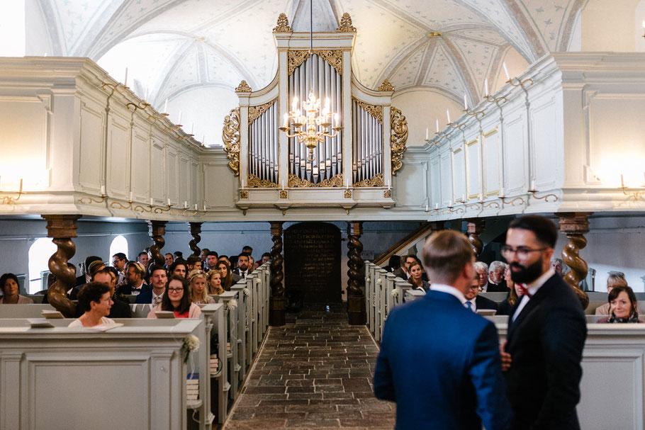 Blick in die volle Kirche Hochzeit Glücksburg