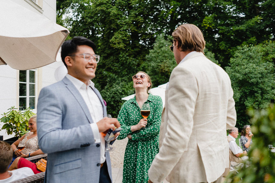 Lachen Kleid Drink Hochzeit