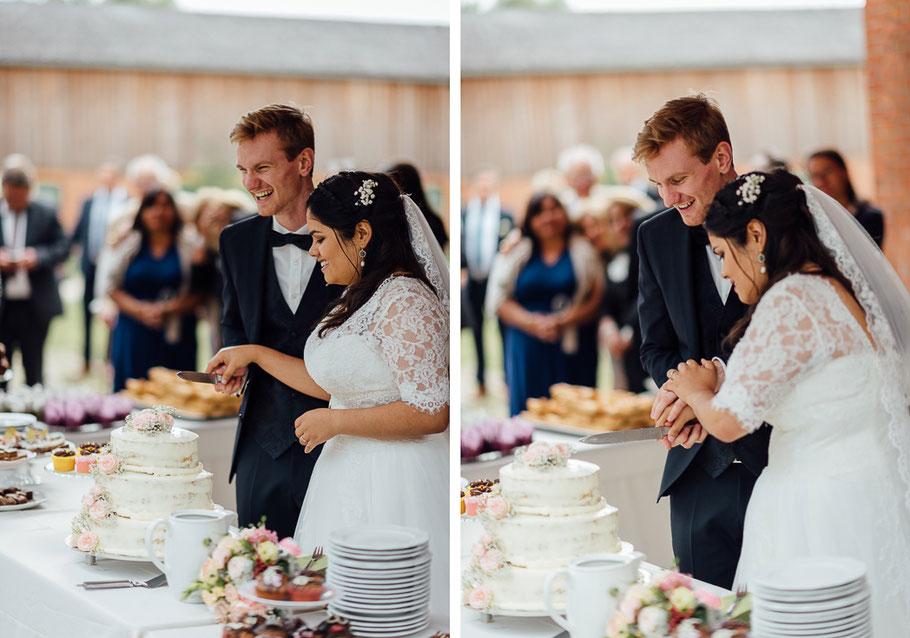 Paar schneidet Torte an
