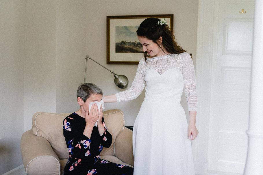Taschentuch Mutter Braut weinen Sessel