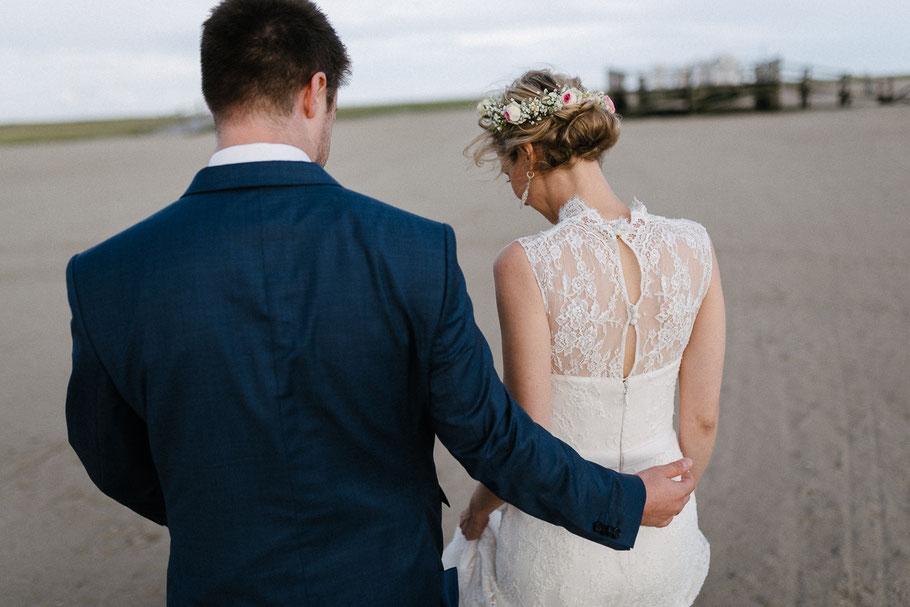 Kleid hübsch hinten Rücken Braut Strand