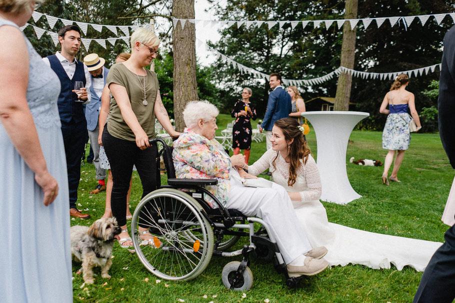 Rollstuhl Oma Braut Hund Gratulantin
