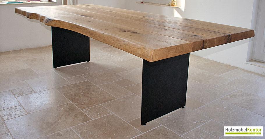 Massivholztisch aus Eiche Charakterholz auf Natursteinboden.