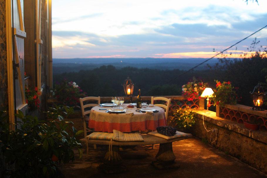 Diner sur la terrasse avec vue sur la vallée de la Dordogne et du Lot