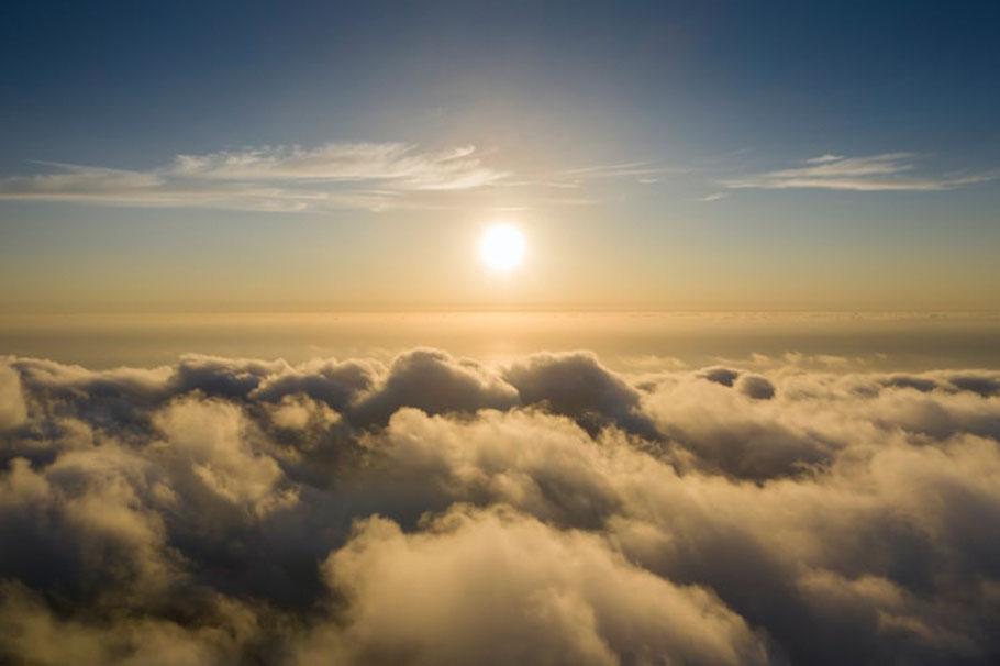 Himmel bei Sonnenuntergang und Wolkendecke