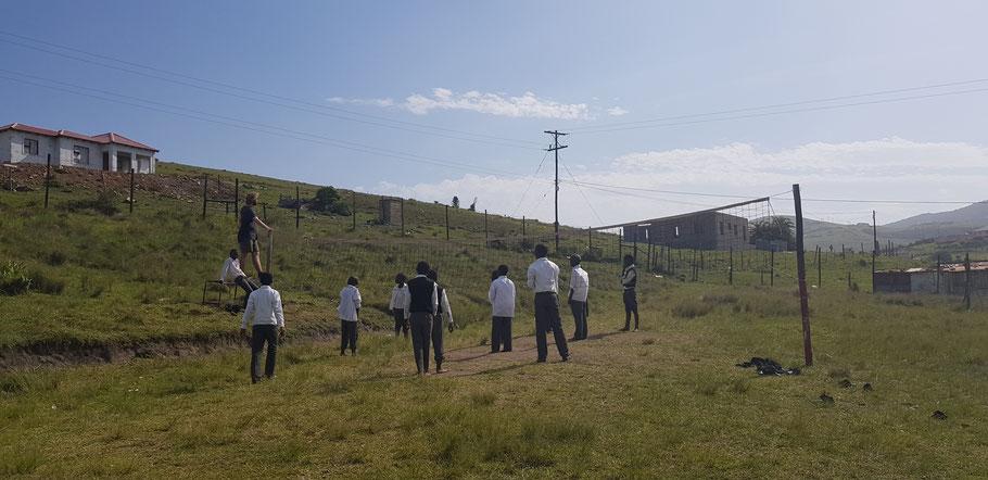 Volleyball Spiel mit den Schülern der Junior Secondary School in Coffee Bay