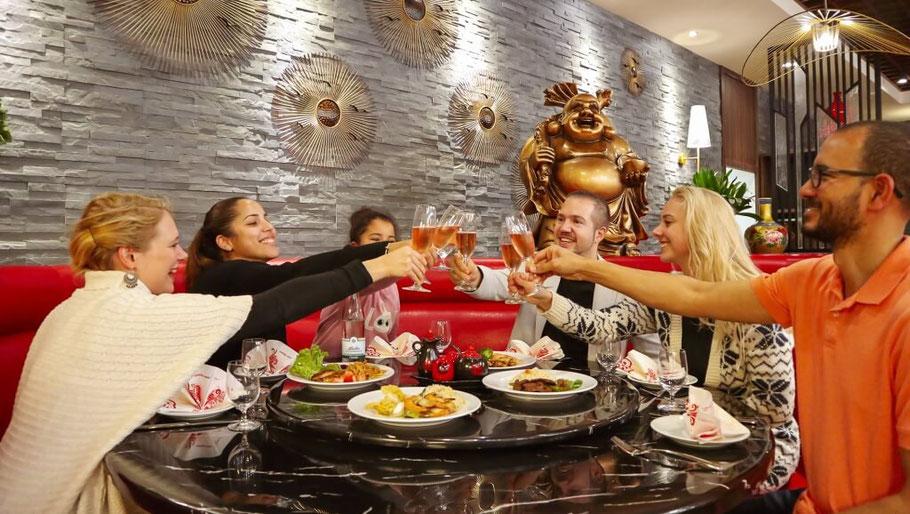 Runde Tische für Familien, Freunde und kleine Gruppen.
