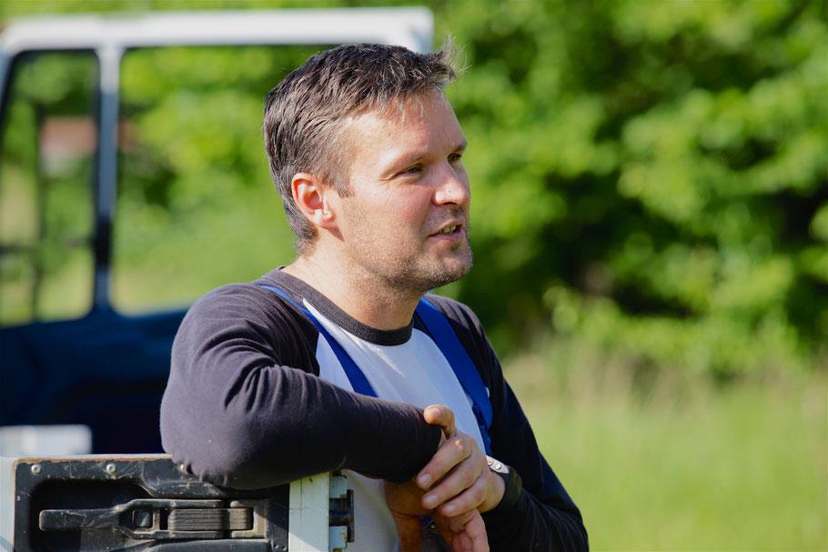 Bio-Imker Christian Meier bei der Arbeit in der Bienensaison