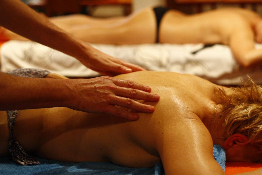 Un operatore del Nido dell'Anima esegue un Massaggio Californiano