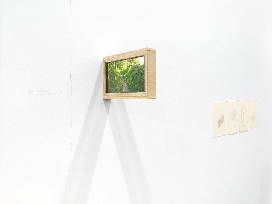 [ Buscando la bifurcación ] Instalación compuesta por una estructura de madera manufacturada en la que dos tablets reproducen vídeo respaldándose una a la otra. 2017
