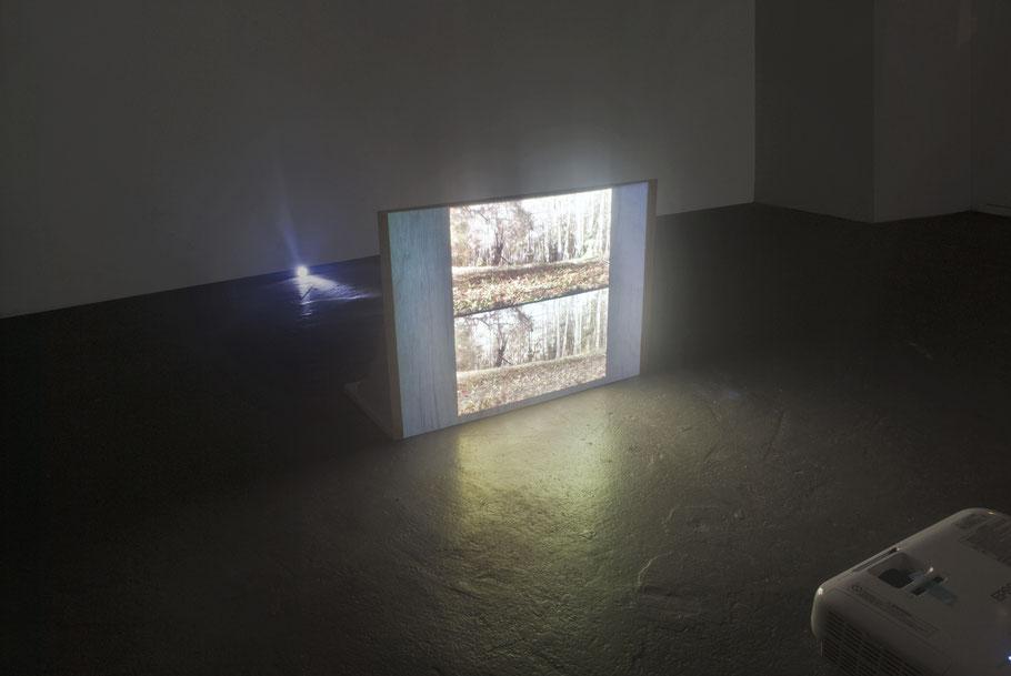 [ Quiet ] Instalación compuesta por dos vídeos con una imagen fija  y la grabación de la que ha sido tomada, dibujos de objetos también presentes y recortes de papel seda. Medidas variables.