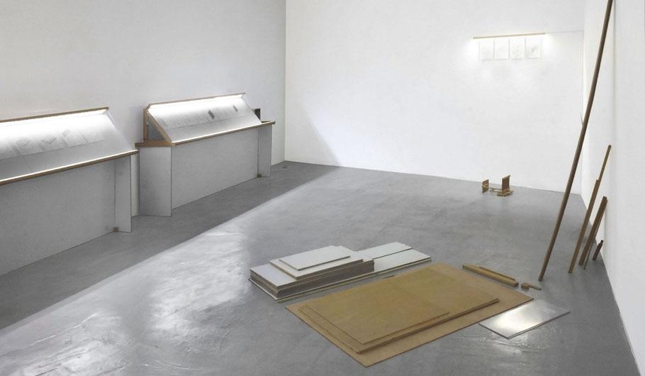 [ Afterplan ] Instalación compuesta por piezas de carpintería y dibujos que las representan de manera esquemática realizados a posteriori. Medidas variables.