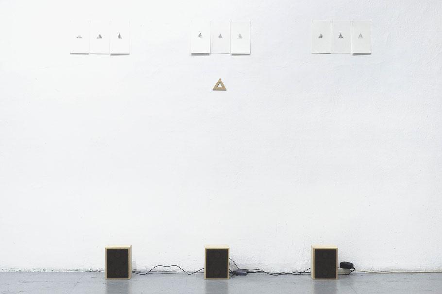 [ Beacons ] Instalación compuesta por dibujo, dispositivos sonoros manufacturados y tres grabaciones de emisiones radiofónicas de morses en bucle. Medidas variables.
