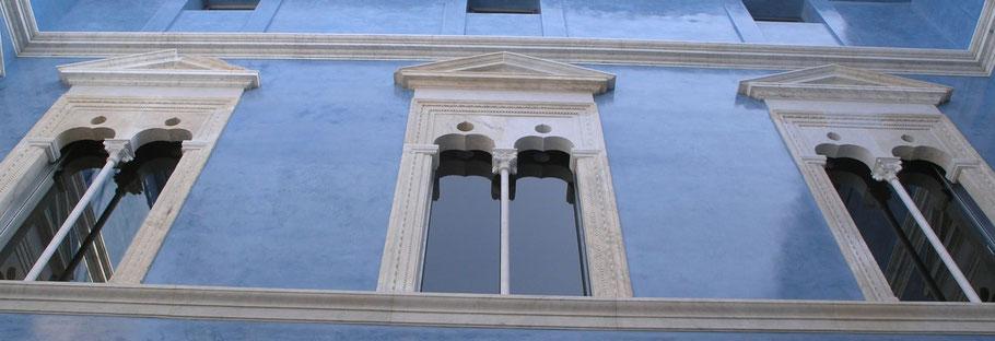 Los Estucos son unas de las más primitivas técnicas decorativos que se hayan visto. Los Griegos, los Romanos, Los Árabes y los artistas del renacimiento, habían utilizado esta técnica para adornar los edificios de mayor valor arquitectónica,