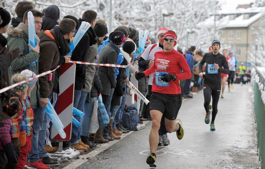 Steffen auf dem Weg zur persönlichen 10.000 m Bestzeit von 34:10 Minuten in Kempten beim Silvesterlauf (Foto: www.all-in.de)