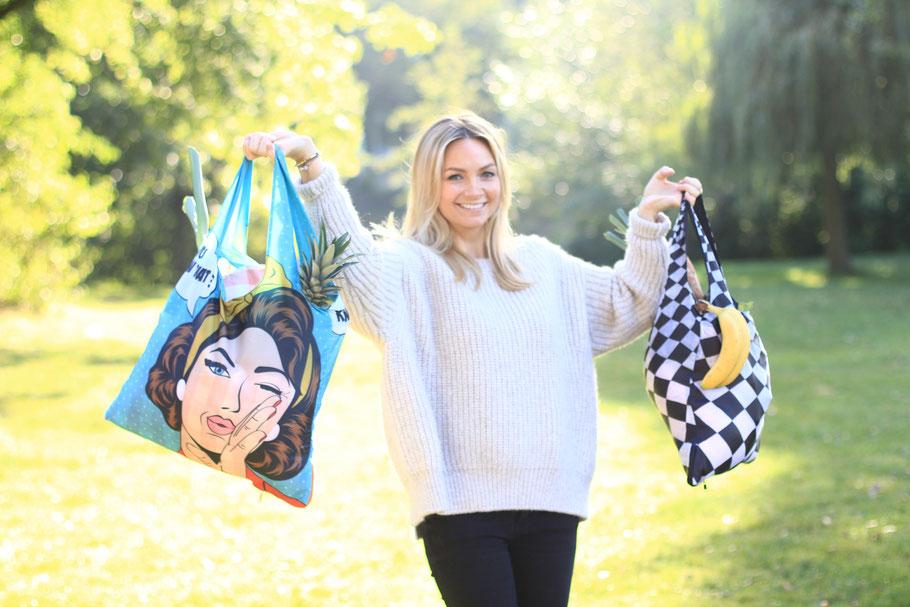 Chilino Taschen Pop und Karos, gefüllt mit Obst, präsentiert von weiblichem Model im Park mit Wiese und Bäumen