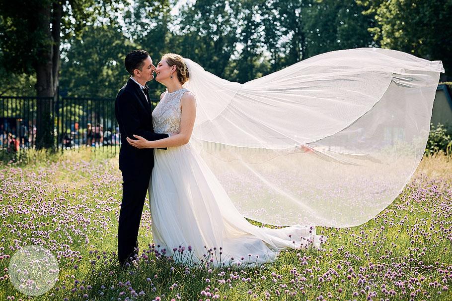 Portrait-Hochzeit-Braut-Kleid-Schleier-Amsterdam-Park