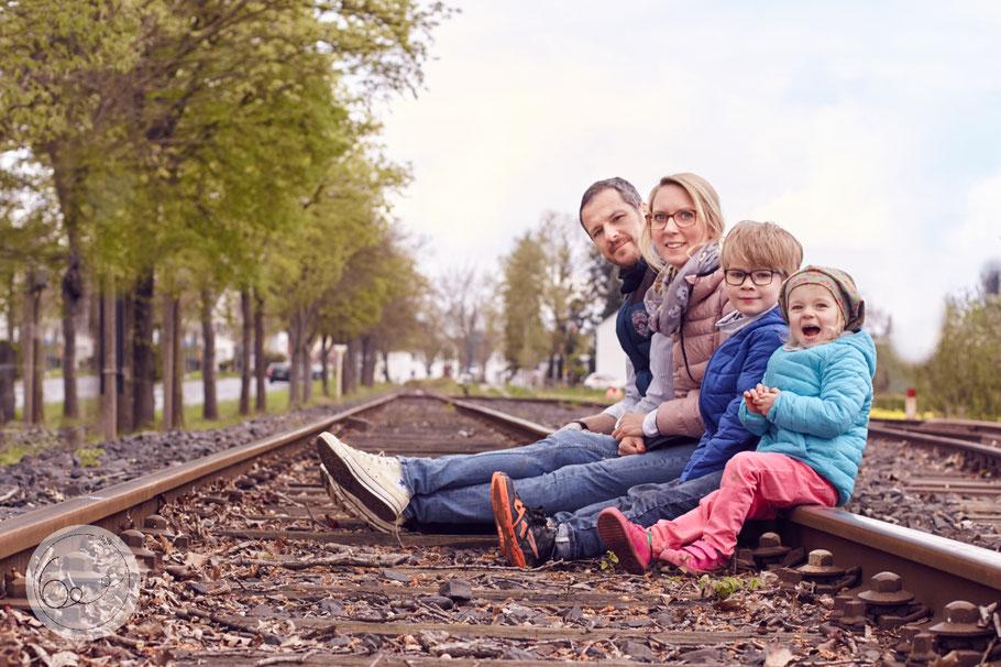 Familie-Portrait-Bahngleise-Frühling