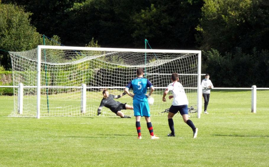 71ème : pénalty pour l'AS2A, occasion pour réduire le score mais le gardien repousse du pied la tentative de Julien Scellier