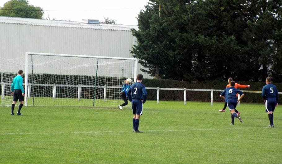 25ème : pénalty pour Méaulte; le gardien Julien Guénard part du bon côté mais la frappe est puissante. Méaulte égalise 1 - 1