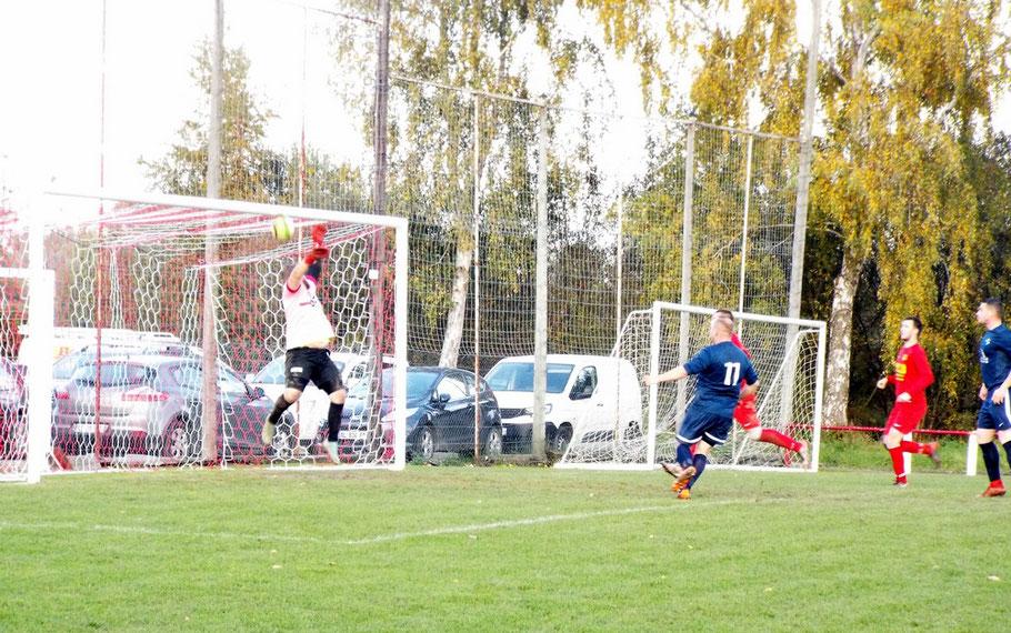 61ème : ouverture du score par Pierre Devaux n°11 ; sur sa reprise le ballon touche le dessous de la transversale et rebondit derrière la ligne. 0 - 1