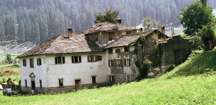 Haus Rosales mit dem Hochofen in Andeer.