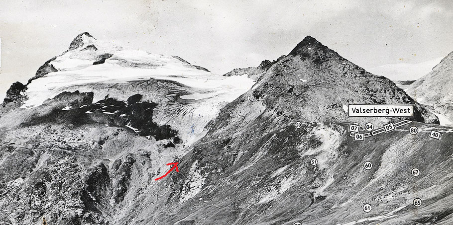 Schiesspanorama eines Maschinengewehres in einem Festungswerk des Valserberges, aufgenommen im Sommer 1944. Links Chilchalphorn mit Chilchalpgletscher, rechts Wenglispitze. Bergbau in Hinterrhein.