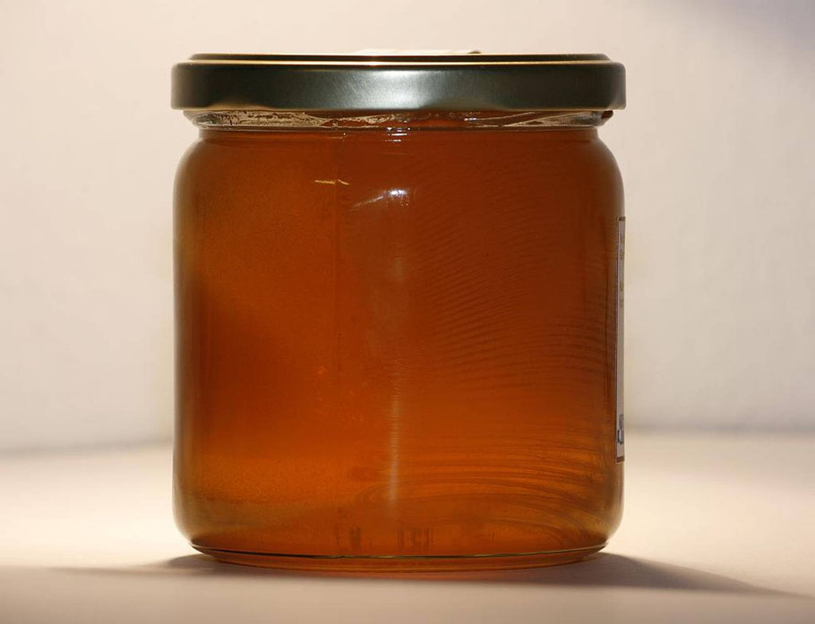 Ein Glas frisch geschleuderten Honigs.