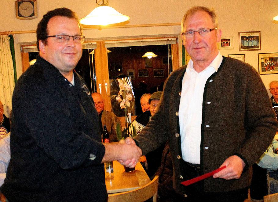 Bernhard Cerweny übernimmt als neuer 1. Vorstand beim EC Bad Feilnbach das Amt seines Vorgängers Hans Schliersmayer.