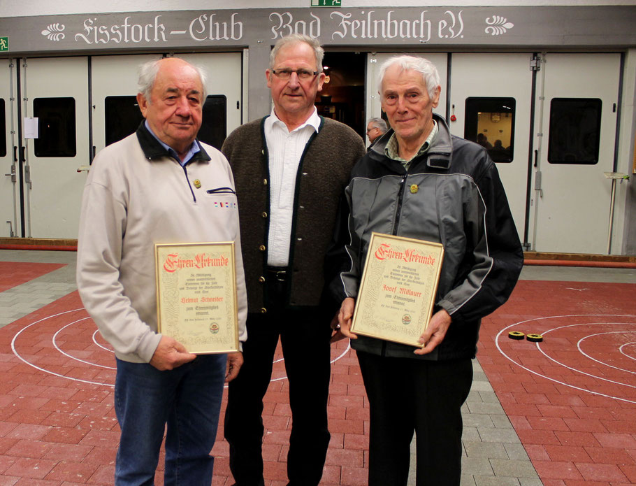 Hans Schliersmayer (Mitte) nahm Helmut Schneider (li.) und Josef Millauer(r.) in die Riege der Ehrenmitglieder auf.