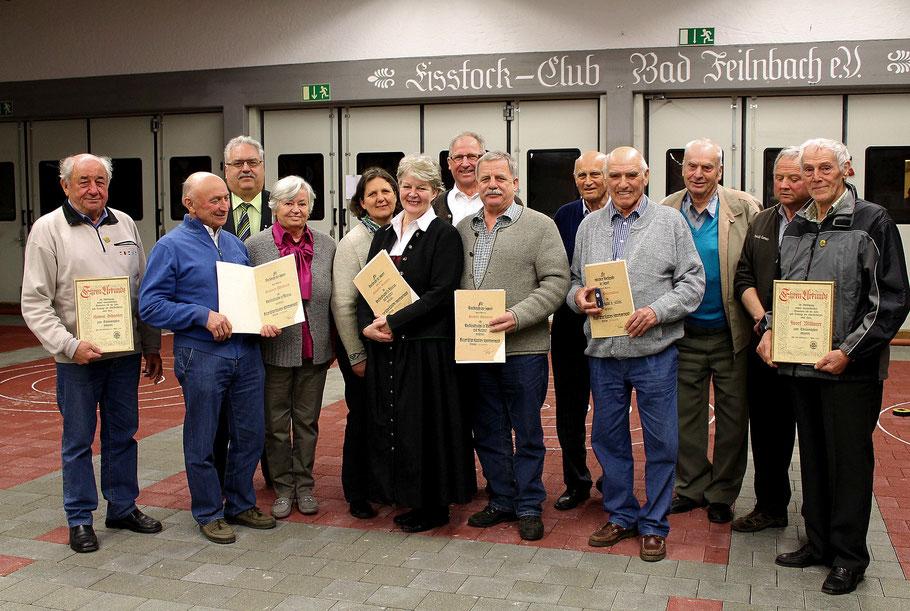Für ihre Verdienste im EC Bad Feilnbach wurden Mitglieder mit Ehrennadeln in Bronze, Bronze mit Kranz und in Silber vom BLSV-Kreisvorsitzenden Walter Mayr (3.v.l) ausgezeichnet