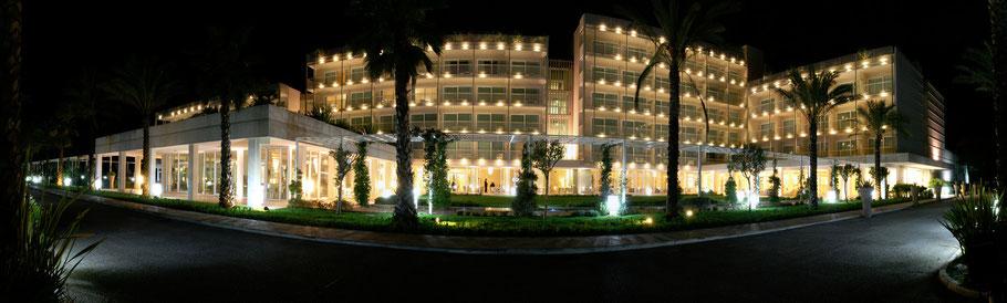 Ein langes Hotelgebäude