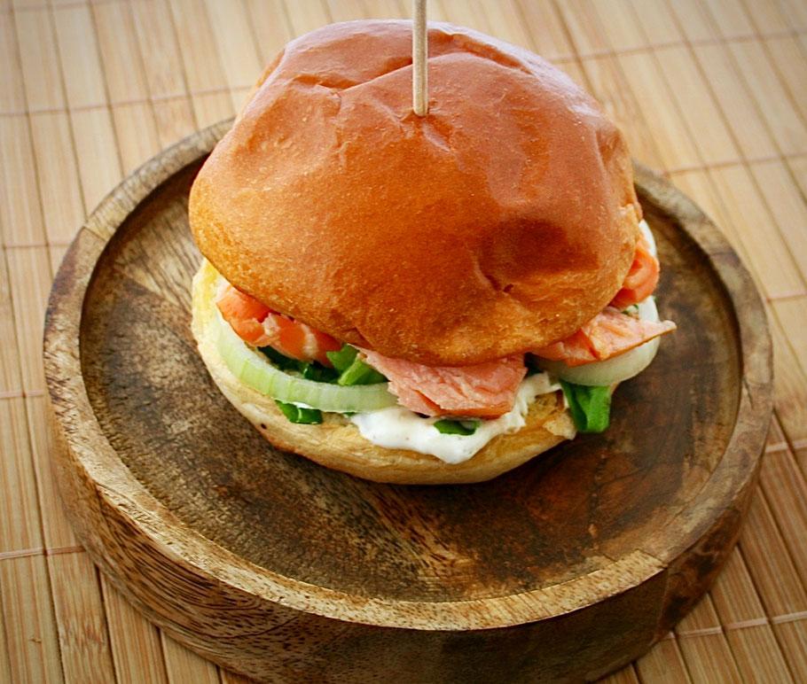 Lachs Burger mit Gurkenrelish