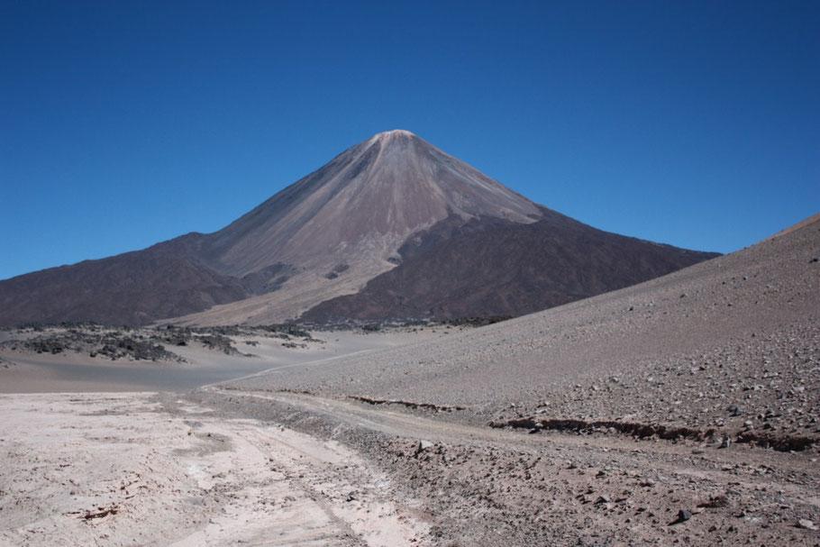 Vista completa del volcán con sus mantos de lava