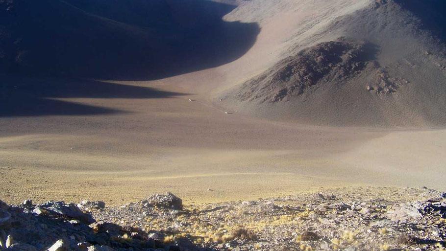 Cordillera de Calalaste; las camionetas se pierden en la inmensidad del paisaje