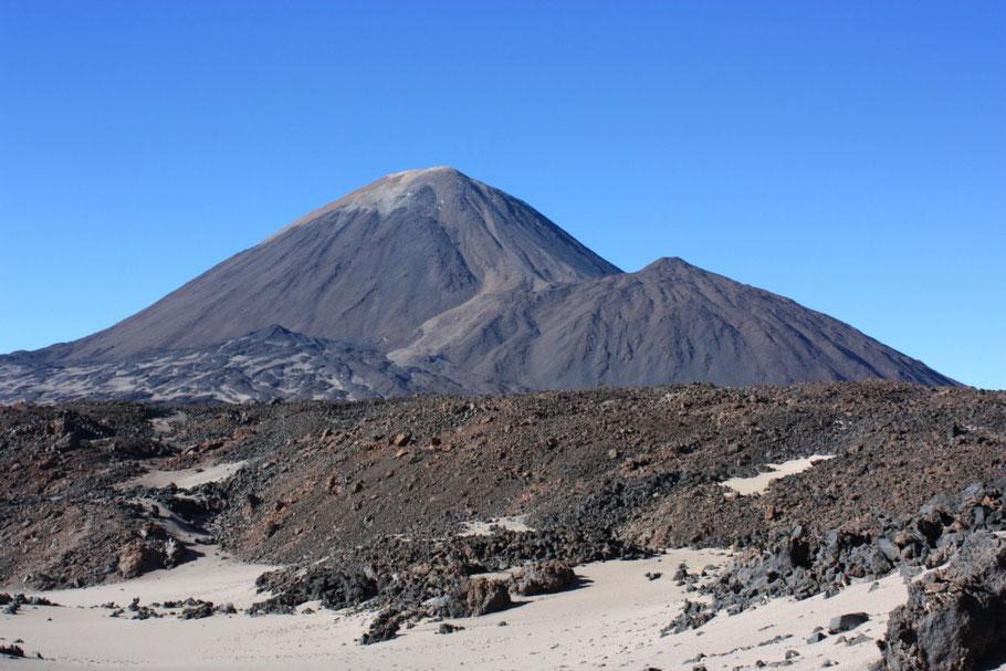 Nos alejamos y el Volcán domina el paisaje