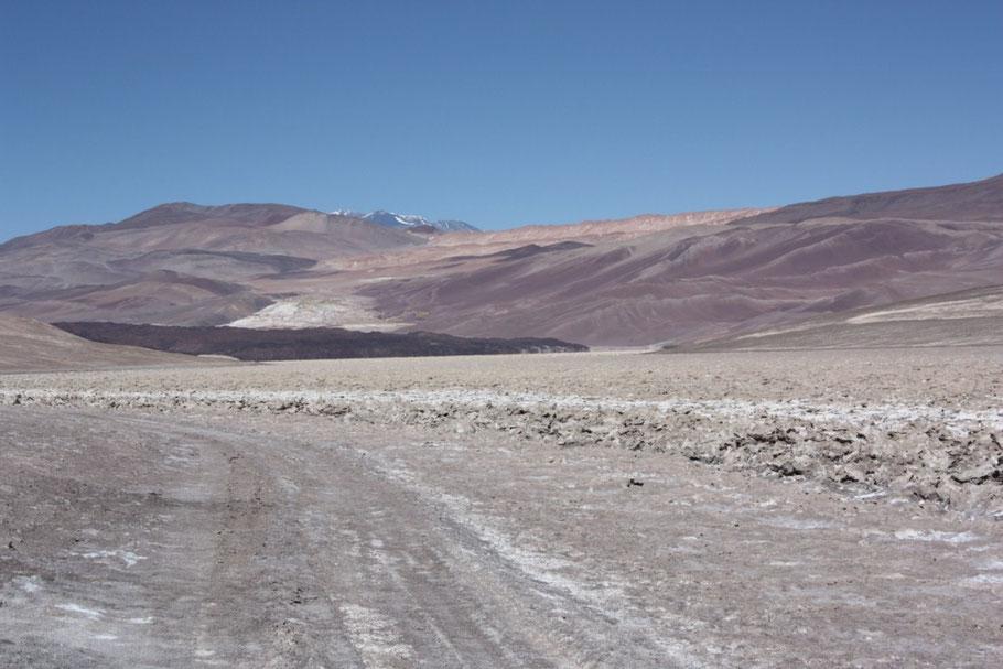 Ya veíamos el escorial, debíamos atravesarlo y tomar la huella hacia el sur pero antes se nos vendrían más arenales
