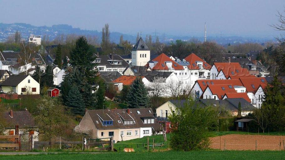 Blick von der oberen Schulstraße auf Lengsdorf – in der Mitte der Kirchturm von Sankt Peter