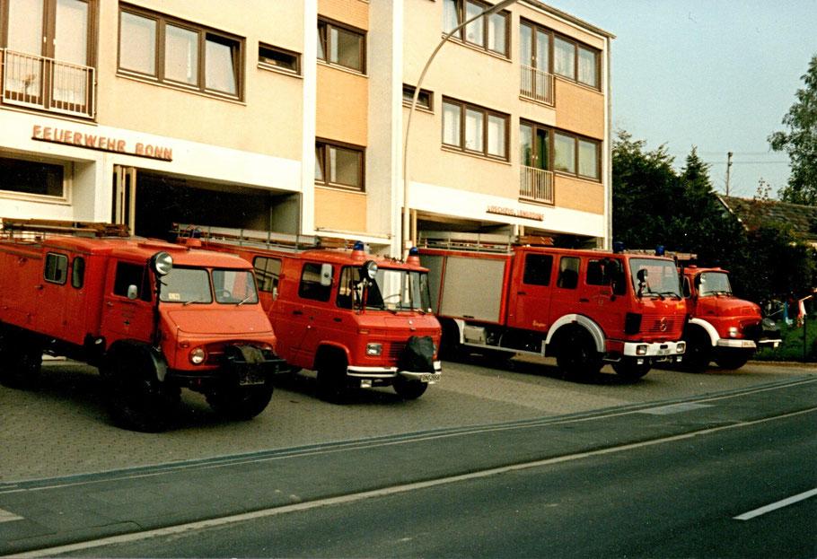 Frühere Fahrzeuge der Freiwilligen Feuerwehr Bonn-Lengsdorf vor der Unterkunft